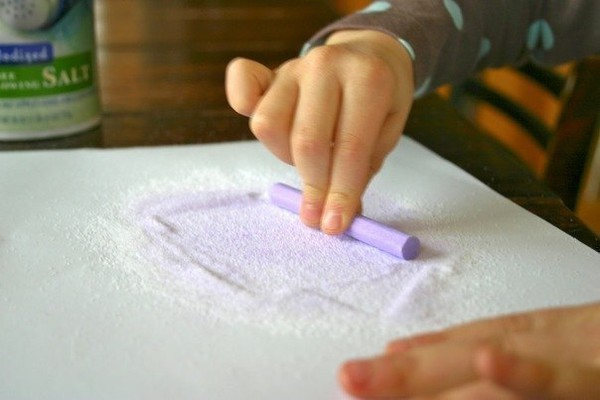 Как сделать цветной песок с помощью цветных мелков