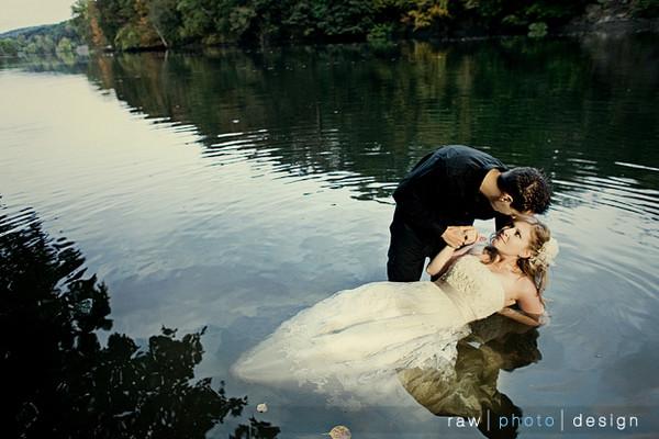 В платье свадебном в грязи